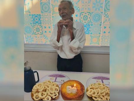 Idoso de 89 anos visita posto de saúde todos os dias e até ganha festas de aniversário