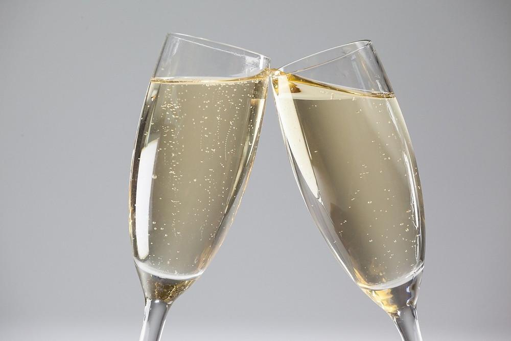 Vinhos espumantes, como o champanhe, não podem faltar na hora de comemoração. O consumo moderado dessa bebida traz benefícios. Um estudo da Universidade de Columbia, nos EUA, mostrou que o champanhe contém proteínas que são benéficas para a memória de curto prazo. Outra pesquisa, da Universidade de Reading, no Reino Unido, também associou o consumo de três taças de espumante por semana a uma melhora da memória