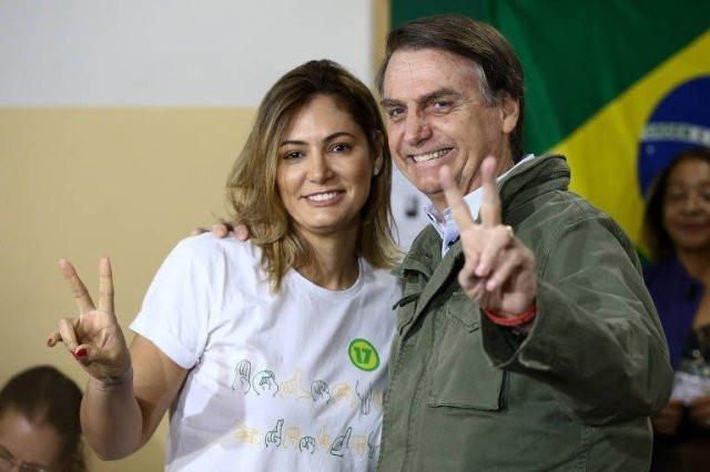 O candidato à Presidência Jair Bolsonaro (PSL), acompanhado da esposa, Michelle, depois de votar na escola municipal Rosa da Fonseca, na Vila Militar, Rio de Janeiro