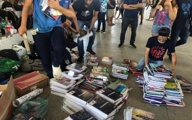 Livros doados para o cursinho — Foto: Giulia Oliveira