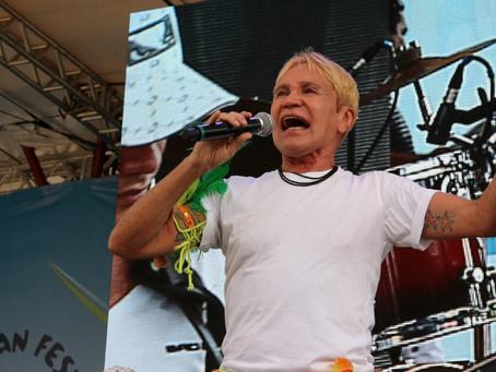 Após ser internado com Covid, Zezinho Corrêa, vocalista do grupo Carrapicho, é transferido para UTI