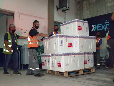 Após atraso e cinco voos, todas as doses do primeiro lote de vacinas da Covid-19 chegam ao RJ