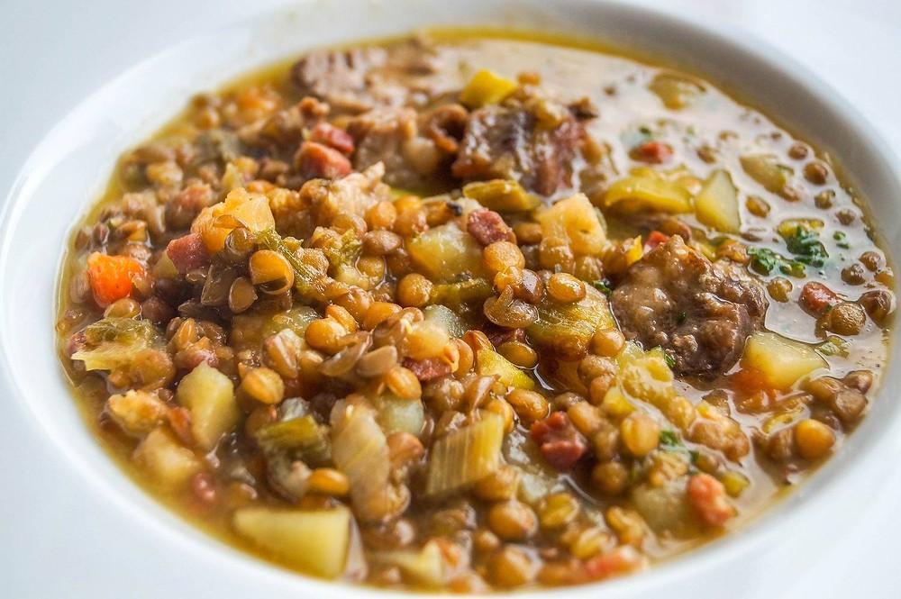 Com alto valor nutritivo e poucas calorias (1 xícara tem apenas 230 kcal) a lentilha é uma excelente fonte de fibras, ácido fólico (importante para gestantes), magnésio (melhora o fluxo sanguíneo), cálcio e ferro