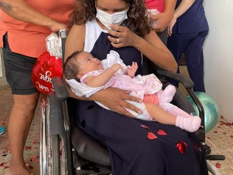 Mulher que teve parto aos 7 meses de gestação devido à Covid recebe alta após 74 dias internada