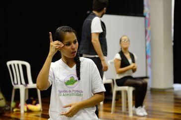 Rio de Janeiro - Tradução em Libras com encenação de temática inclusiva no lançamento de mais uma turma do projeto Agentes de Promoção da Acessibilidade, na biblioteca da Rocinha (Fernando Frazão/Agência Brasil)