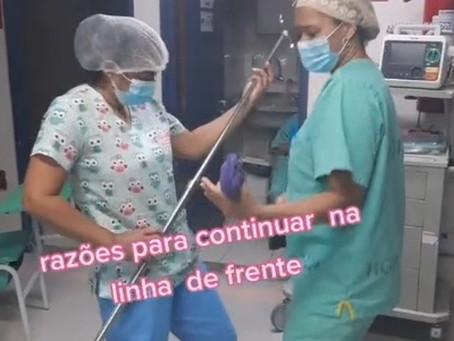 Para animar equipe, profissionais de saúde dançam e fingem tocar instrumentos durante plantão; vídeo