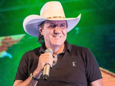 Cantor sertanejo Juliano Cezar tem parada cardíaca e morre durante show no Paraná