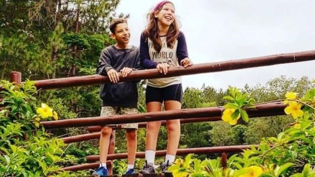 Raissa e Benjamin: ela é extremamente cuidadosa com o irmão e o ajuda a ser entendido — Foto: BBC/Arquivo pessoal