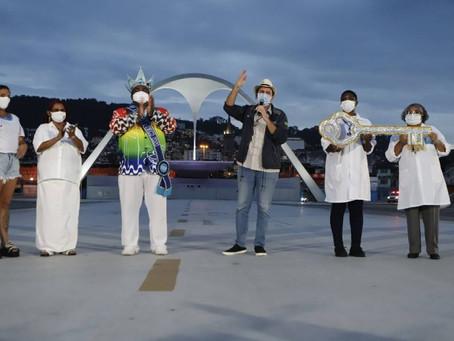 Sem carnaval: chave da cidade é entregue a profissionais da saúde no Sambódromo