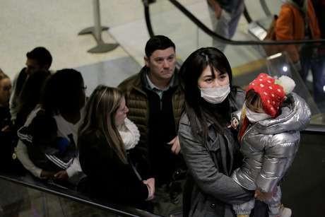 Viajantes usando máscaras no aeroporto de Seattle 23/01/2020 REUTERS/David Ryder