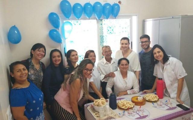 Servidores comemoram aniversário de 89 anos do paciente Arlindo José, em Catalão — Foto: Reprodução/Arquivo pessoal