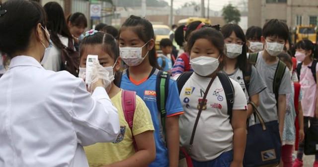 Estudantes aguardam para medir a temperatura em medida de controle para o contágio do coronavírus Mers na Coreia do Sul nesta segunda-feira (15) — Foto: Han Sang-kyun/Yonhap/Reuters
