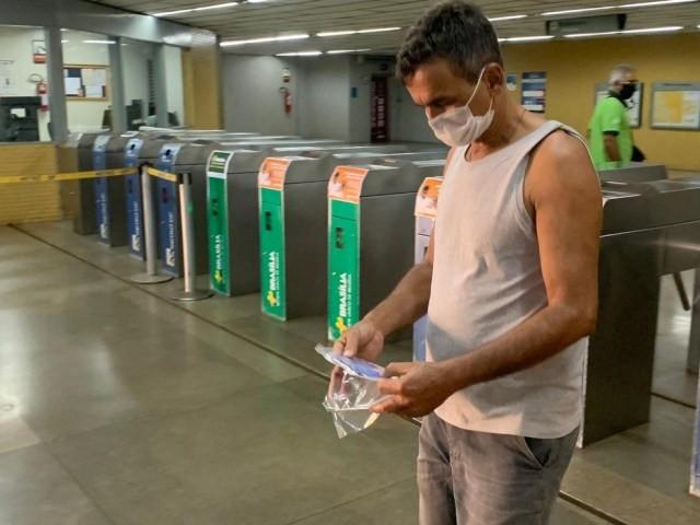 Homem recebe máscara doada pelo GDF, na estação do metrô da Praça do Relógio, em Taguatinga, no DF — Foto: G1 DF