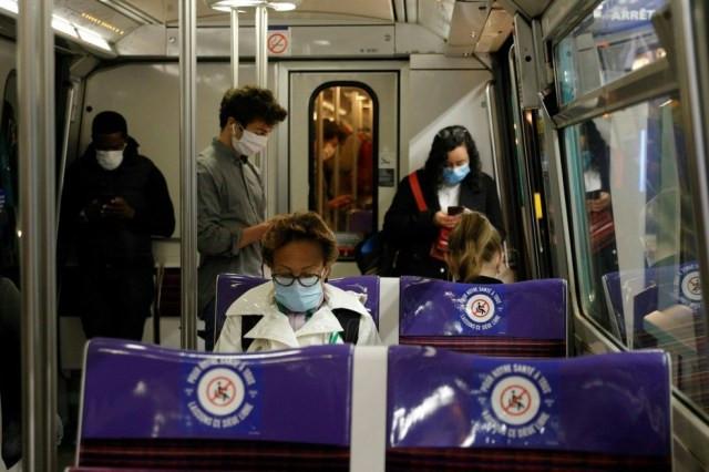 Usuários do metrô de Paris usam máscaras na manhã desta segunda-feira (11) — Foto: Geoffroy Van Der Hasselt/AFP
