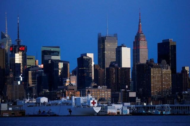Navio usado para tratar de doentes com Covid-19, que ficou aportado no Rio Hudson, deixou Nova York na quinta-feira (30) — Foto: Eduardo Munoz/Reuters