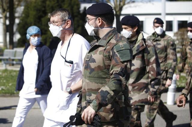 Profissionais de saúde na França terão transporte gratuito — Foto: Jean-Francois Badias/AP Photo