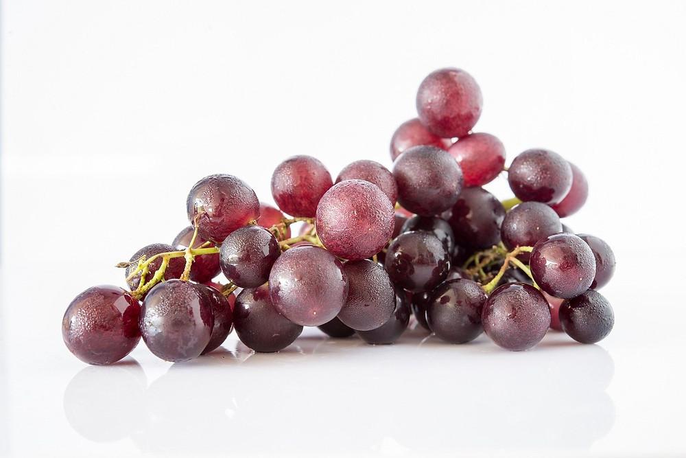 Outra tradição comum também é a de comer uvas na hora da virada. Essa fruta ajuda a reduzir a pressão arterial e pode ser útil para pessoas que sofram de dor de cabeça. Também está associada à limpeza do pulmão e ao combate da asma. Se exagerou na comida, a uva promove alívio gástrico de indigestão e constipação