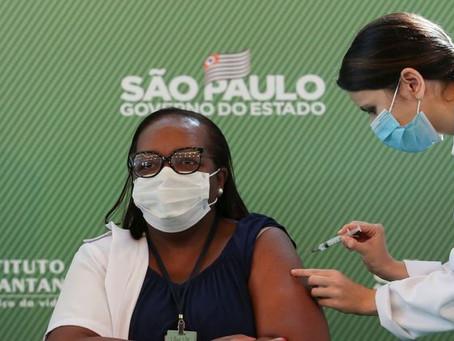 Enfermeira recebe a 1ª dose de vacina contra Covid-19 no Brasil