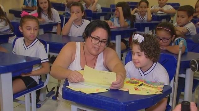 Menina foi recebida com festa, cartazes e bilhetes de colegas de escola em Tatuí (SP) — Foto: Reprodução/TV TEM