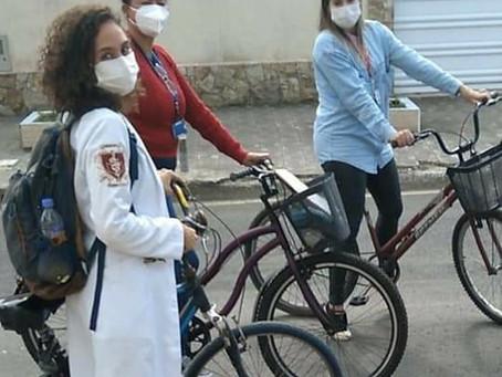 Médica viraliza e emociona ao chegar de bicicleta para atender idosa em SP