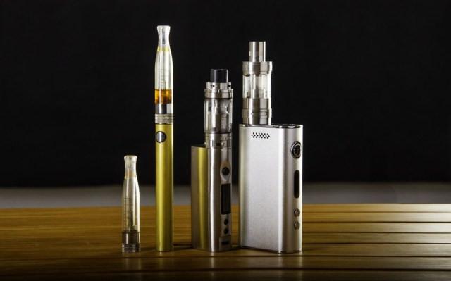 Os cigarros eletrônicos são vendidos em diversos formatos e cores — Foto: Getty Images