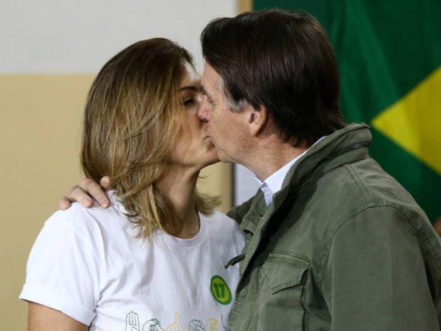 O candidato à Presidência Jair Bolsonaro (PSL) beija a esposa, Michelle, depois de votar na escola municipal Rosa da Fonseca, na Vila Militar, Rio de Janeiro