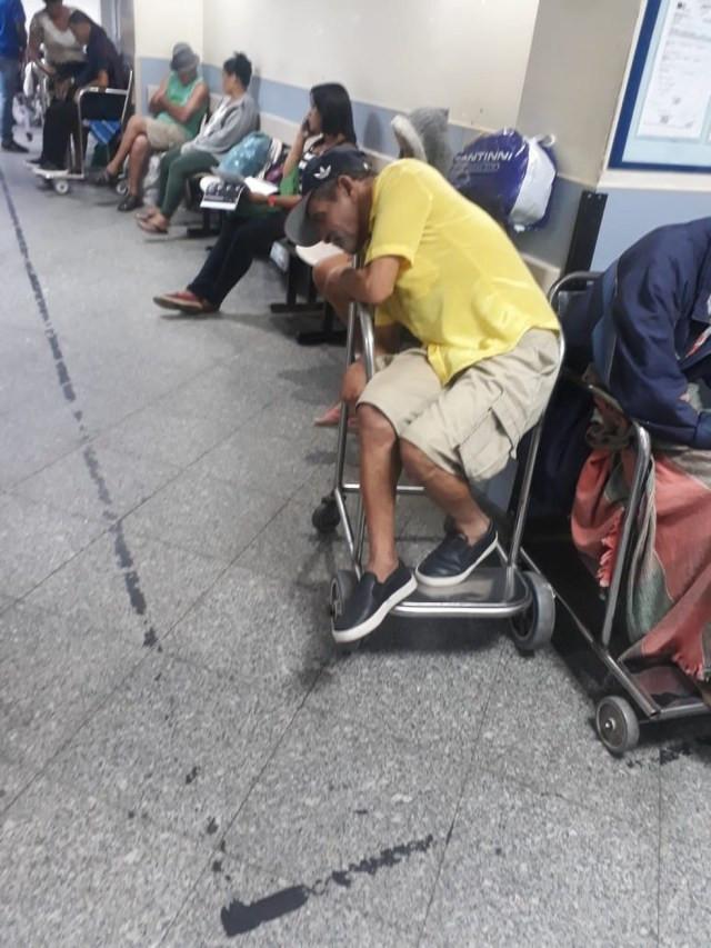 Com um AVC, Adegilson não teve maca e precisou ficar em uma cadeira por quase 24h — Foto: Arquivo pessoal