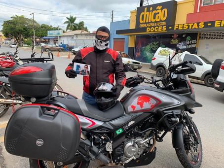 Psicólogo viaja quase 3 mil km de moto em homenagem a amigo morto após mergulho em Noronha