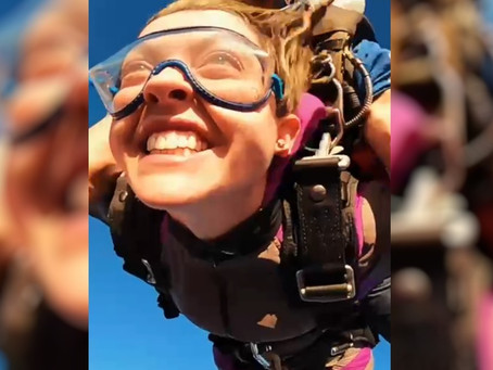 Vídeo emocionante: paraquedista que ficou tetraplégica volta a saltar