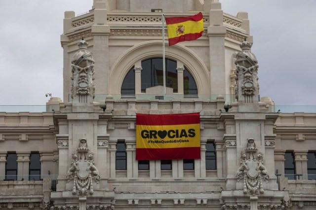 """Mensagem no Palácio de Comunicação de Madri exibe a mensagem """"Obrigado e eu fico em casa""""  — Foto:  Bernat Armangue/AP Photo"""