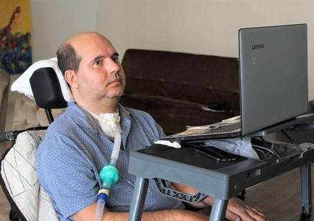 Médico com doença neurodegenerativa luta por tratamento no Brasil