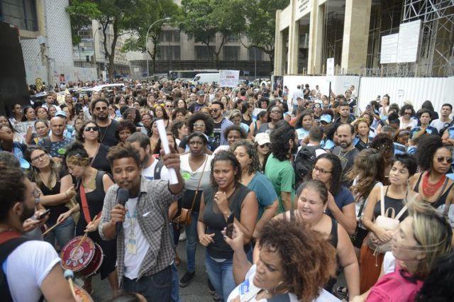 Profissionais da saúde do município do Rio protestam em frente à Justiça do Trabalho, no centro da capital.