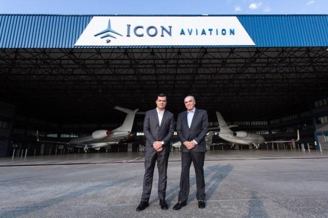 Os empresários Michel Klein e Roberto Christiano Oliveira em hangar no aeroporto de Congonhas em SP — Foto: Celso Tavares/G1