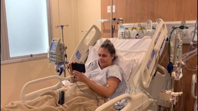 Rusia, já no quarto, vê a filha pelo celular — Foto: Reprodução/TV Globo
