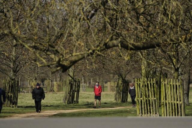 Pessoas caminhando em parque de Londres, na Inglaterra — Foto: Matt Dunham/AP Photo
