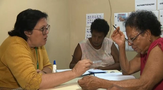 Agente comunitária de saúde ensina pacientes a ler e escrever em posto de saúde de Araras.  — Foto: Ronaldo Oliveira/EPTV
