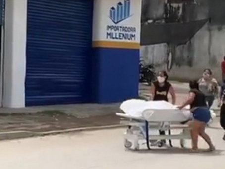 Veja: família quebra porta de hospital e leva corpo até cemitério