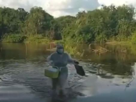 Enfermeira atravessa rio para vacinar idosa na Paraíba