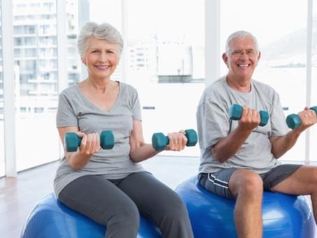 PM ensina exercícios caseiros para idosos durante quarentena