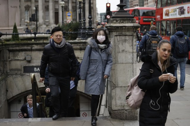 Uma mulher com uma máscara protetora é vista saindo do metrô de Londres, no Reino Unido, em 4 de março. A feira do livro da cidade foi cancelada por causa do Covid-19, doença causada pelo novo coronavírus. — Foto: Matt Dunham/AP