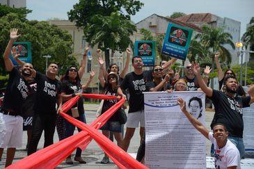 Grupo Pela Vidda faz ato no Dia Mundial de Luta Contra a Aids nos Arcos da Lapa, no centro do Rio de Janeiro.