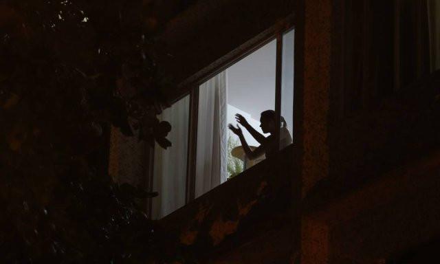 Moradores de Laranjeiras, no Rio, batem palmas das janelas para os profissionais de saúde que estão na luta contra a pandemia do novo coronavírus Foto: Pedro Teixeira / Agência O Globo