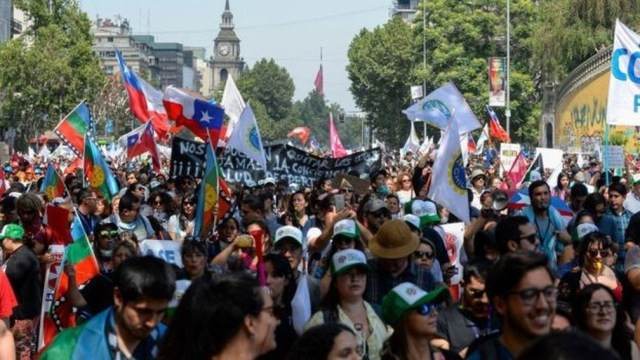 No último mês, centenas de milhares de chilenos foram às ruas para protestar contra o governo — Foto: Getty Images via BBC