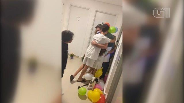 Médico curado da Covid-19 recebe surpresa dos filhos em Sorocaba