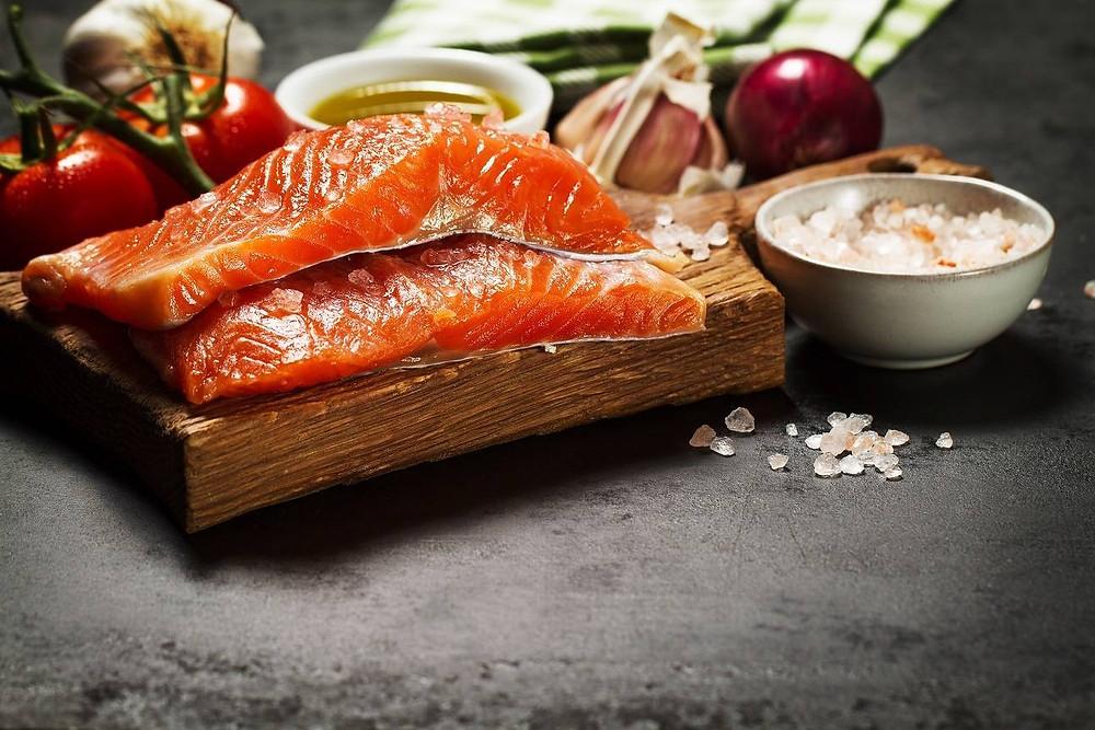 Os peixes são uma fonte importante de proteína e com baixo nível de gorduras, além de serem ricos em omega-3, ácido graxo que ajuda a manter nosso coração e cérebro saudáveis