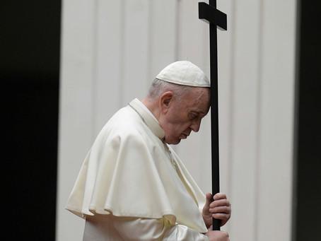 Médicos e enfermeiros acompanham Papa Francisco na procissão de Via Crucis no Vaticano