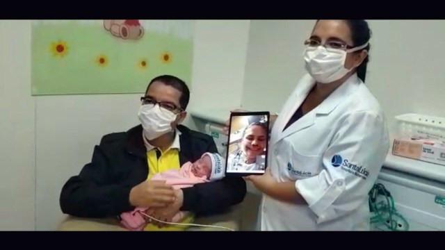 Rusia (no tablet), Ednaldo e Luiza no Dia das Mães — Foto: Reprodução/TV Globo