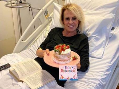 No hospital fazendo quimioterapia, Ana Maria Braga ganha bolo de aniversário