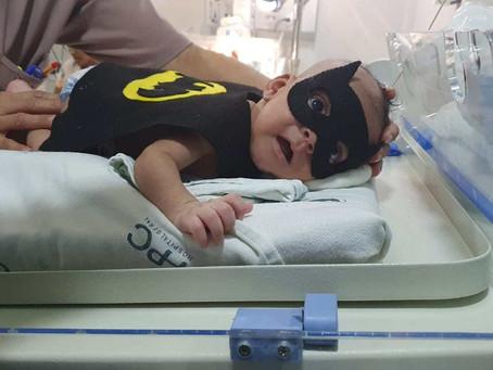 Hospital em Campos fantasia bebês em 'bailinho de carnaval' na UTI