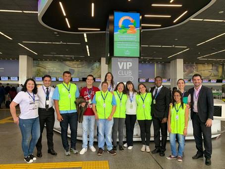 Jovens com deficiência intelectual ajudam no atendimento a passageiros no Aeroporto de Brasília